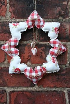 handmade heart wreath - make your own fabric hearts from scraps or use bought hearts and sew together to make this pretty wreath (hearts crafts) Valentine Wreath, Valentine Day Crafts, Valentine Decorations, Holiday Crafts, Christmas Decorations, Valentines, Valentine Ideas, Christmas Sewing Gifts, Saint Valentine