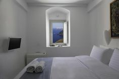 Not sure, where to stay in Santorini? Check these 10 stunning hotels and find the best place to stay in Santorini for your romantic getaway! Hotels In Santorini Greece, Santorini House, Santorini Villas, Amazing Hotels, Best Hotels, Dana Villas, Best Greek Islands, Hotel Stay, Next Holiday