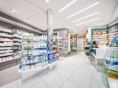 On a side there is a white, lightly and medical wing, according to the pharmacist image and on the other side there is a suspended and contrasted exhibition, able to stand out the product and re-give the main character role.