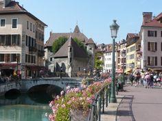 Il fiume Rodano che scorre dentro la città di Chambery...
