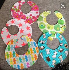 Hagesmække – DIY Dette er et super godt DIY-projekt til en ( Diy Baby, Baby Sewing, Baby Kids, Sewing Patterns, Barn, Fabric, Crafts, Learn To Sew, Needlepoint