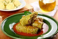 Z kapusty wytnij głąb, a następnie gotuj w całości w dużym garnku, w lekko słonej wodzie. Jak górne listki będą lekko zmieniać kolor zdejmuj je i wyjmuj do ostygnięcia. Z liści kapusty zetnij zgrubienia.   W misce połącz mięso mielone, rozdrobnioną kostkę Knorr, posiekany szczypiorek i jajko.  Teraz na każdy listek kapusty wyłóż łyżką farsz i zawiń kapustę tworząc gołąbka.  Przygotuj sos pomidorowy Knorr łącząc go z 400 ml wody.    Ciasno ułóż gołąbki na dnie garnka. Zalej sosem ... Pork, Meat, Chicken, Essen, Kale Stir Fry, Pork Chops, Cubs