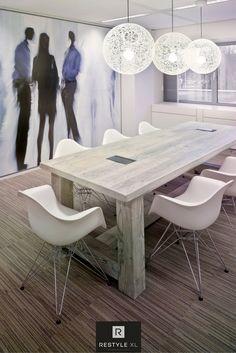Vergadertafel gemaakt van oud vurenhout in whitewash. Inclusief stroomaansluiting. Mooi én praktisch!#restylexl #kantoorinrichting #kantoormeubels #vergadertafel #oudhout #hout #houten