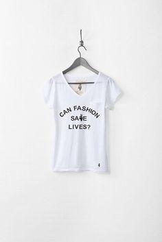 左胸にあしらわれた小さなポケットと「CAN FASHION SAVE LIVES?」のロゴがポイントのベーシックなロングTシャツ。