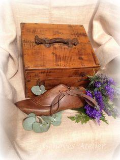 Antigua caja de madera que se utilizaba para guardar los enseres para limpiar los zapatos. Ha sido restaurada respetando su estética original. Es ideal para decoración tipo vintage, Medidas: Ancho...