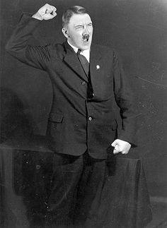 En 1955 Hoffmann publicó algunas fotos de su archivo en su libro de memorias 'Hitler Fue Mi Amigo'.