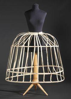 jaula crinolina se usaba el la epoca del romanticismo es un armason hecho con la crin de los caballos para darle volumen a la falda