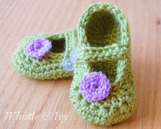 Crochet Baby Shoes little dot mary janes to crochet for baby (worsted weight yarn). free pattern @ whistle and ivy: - Free Crochet Pattern - Little Dot Mary Janes Crochet Baby Booties Tutorial, Crochet Baby Sandals, Booties Crochet, Crochet Slippers, Crochet Shoes, Baby Slippers, Bedroom Slippers, Cute Crochet, Crochet For Kids