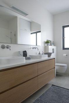 היא רצתה מונוכרומטיות נקייה, הוא התעקש על נגיעות צבע, והתוצאה משולבת: אלמנט צבעוני אחד בכל חדר, הלבשת הקירות במדפים ופתיחת החללים ליצירת אשליה של מרחב Family Bathroom, Bathroom Kids, Bathroom Inspo, Bathroom Inspiration, Brass Bathroom, Bathroom Toilets, Bathroom Interior, Mid Century Modern Bathroom, Contemporary Shower