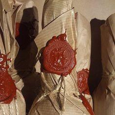 Ваш сувенир будет путешествовать в нашей фирменной упаковке с красным сургучом и средневековыми городскими печатями.
