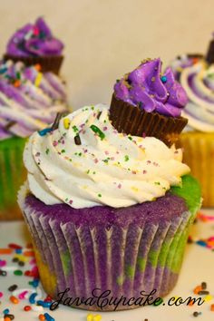 'Mardi Gras' cupcakes: I always make a whole cake like this.cupcakes would be Awesome! via Wendy Schultz ~ Cupcakes. Cupcake Recipes, Cupcake Cakes, Dessert Recipes, Big Cupcake, Mini Cupcakes, Cupcake Pics, Purple Cupcakes, Cupcake Ideas, Ladybug Cupcakes