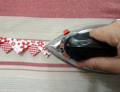 Um tutorial! Sim, mostro hoje uma tentativa de tutorial. Espero que me faça entender! São bicos de tecido, feitos em uma tira só. S...