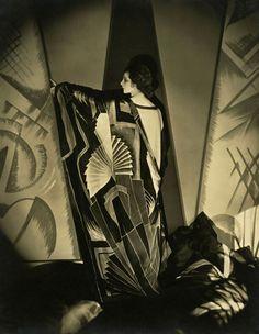 Edward Steichen: Tamaris with a large Art Deco scarf 1925 © 1924 Condé Nast Publications
