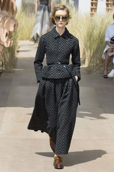 http://www.vogue.com/fashion-shows/fall-2017-couture/christian-dior/slideshow/collection
