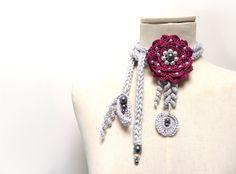 Collana in cotone lavorata ad uncinetto con fiore gigante e foglie - prugna e grigio : Collane di ixela