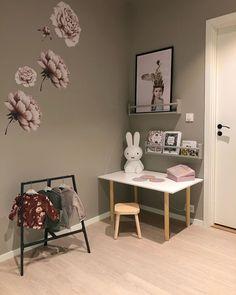 """Anna Kjellgren 🐼 on Instagram: """"r e k l a m e // g o d  m a n d a g🌿  Her er det siste dag i permisjon (allerede😱), og i morgen kaller hverdag og jobb igjen. Så i dag har…"""" Gallery Wall, Home Decor, Pink, Decoration Home, Room Decor, Home Interior Design, Home Decoration, Interior Design"""