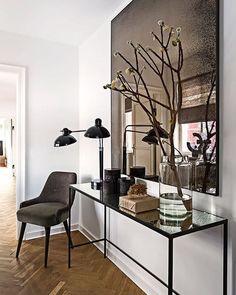Det smalle konsolbord med plade af glas er ligesom det store spejl og fine stol fra @rueverteplus. Foto: Andreas Mikkel Hansen. Af: Katrine Martensen-Larsen. #stol #spejl #konsolbord #bobedre