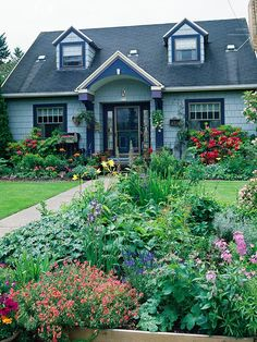 Garden Landscaping - Add curb appeal, brighten your entryway, and make your home more inviting with a beautiful front yard flower garden. Check out this collection of front yard flower garden ideas. Cottage Front Yard, Garden Cottage, Home And Garden, Backyard Cottage, Backyard Patio, Front Yard Landscaping, Landscaping Ideas, Florida Landscaping, Mulch Landscaping
