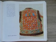 *etnobiblioteca*: Ornamentele si croiul costumului popular din judetul Maramures Knitted Hats, Crochet Hats, Costumes, Knitting, Romania, Fashion, Dots, Embroidery, Graz