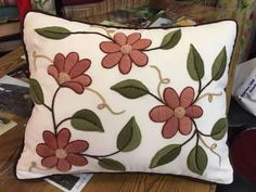 Love the colors Cushion Embroidery, Applique Cushions, Hand Embroidery Flowers, Crewel Embroidery, Embroidery Patterns, Embroidered Pillows, Diy Pillow Covers, Diy Pillows, Mexican Embroidery