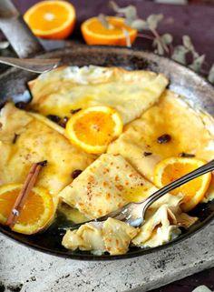 Ez a palacsinta recept tökéletes reggelire, de ugyanennyire szuper desszertötlet is. Lépjetek ki a komfortzónátokból és felejtsétek el a szokásos kakaós/lekváros/nutellás palacsinta kombinációkat, mert ha megkóstoljátok ezt a ricottás krémmel töltött, narancsszirupos változatot, soha többé nem akartok majd visszatérni az egyszerűbb ízekhez! Ricotta, Fudge, Camembert Cheese, Pancakes, Food And Drink, Ethnic Recipes, Kitchen, Street, Waffles