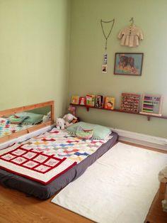J'aime le lit par terre. Cela encourage l'autonomie de l'enfant.  Le miroir au-dessus du lit est une bonne idée! Cela stimule les sens  et la conscience du ''moi'' chez le jeune enfant. Diy Toddler Bed, Toddler Rooms, Baby Bedroom, Kids Bedroom, Bedroom Ideas, Bed Ideas, Bedroom Setup, Mirror Bedroom, Mirror Art