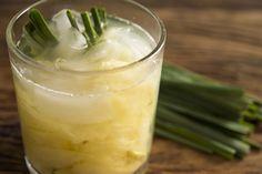 Caipirinha de Abacaxi com Capim Limão e Gengibre