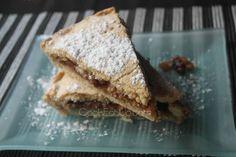 Το μήλο κι η κανέλα κάνουν την καλύτερη παρέα λένε. Συμφωνώ και γι΄αυτό λατρεύω τις μηλόπιτες, το άρωμα αλλά και την λαχταριστή γεύση τους. Σήμερα θα σας ετοιμάσω μια μηλόπιτα με υπέροχη μπισκοτένια και αφράτη ζύμη που κρύβει μέσα της μια ζουμερή και καραμελωμένη γέμιση από κομματάκια μήλου και τραγανά καρύδια. Και από πάνω ένα γλυκό και απαλό χάδι από ζάχαρη άχνη! Apple Desserts, Hamburger, French Toast, Sweet Treats, Deserts, Bread, Baking, Breakfast, Ethnic Recipes