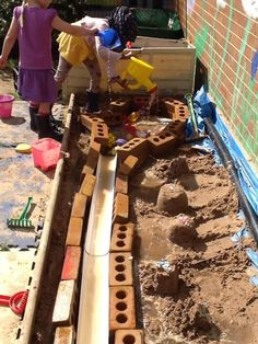 Problem solving, creativity and critical thinking by the bucket load Outdoor Learning Spaces, Kids Outdoor Play, Outdoor Play Spaces, Outdoor Education, Backyard Play, Outdoor Fun, Eyfs Outdoor Area, Outdoor Areas, Sand Play