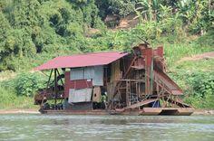 La rivière Nam Ou attire encore les chercheurs d'#or, même si le précieux minerai a tendance à se faire rare et nécessite des installations à la « #MadMax » pour l'extraire ©Salaün Holidays