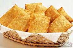 Pastel de carne Ingredientes Massa Água morna1 colher (café) de álcool ou cachaça (pinga)Sal a gosto½ kg de farinha de trigo1 colher (sopa) de óleo para a massaRecheio300 g de carne moída duas vezesAzeiteLimãoPimenta verdeSal a gostoCebolinha verde picadinha1 colher (sopa) de cebola batidinha3 colheres (sopa) de azeitona picadinha200 g de queijo minas100 g de queijo gruyère100 g de tomate secoFonte: Comida e Receitas…