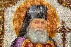 ΠΡΟΣΕΥΧΗ: Ο Άγιος Λουκάς ο Ιατρός το 1921 χειροτονήθηκε ιερέας και αργότερα (1923) Επίσκοπος Τασκένδης. Από τότε συνδύαζε ποιμαντικά και ιερατικά καθήκοντα. Παρέμεινε αρχίατρος του Γενικού Νοσοκομείου Τασκένδης, χειρουργούσε καθημερινά και παρέδιδε μαθήματα στην Ιατρική Σχολή, πάντα με το ράσο και το σταυρό του. God Prayer, Religious Icons, Saints, Prayers, Religion, Spirituality, History, Painting, Greek Recipes