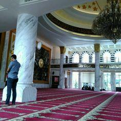 Foto diambil di Masjid Agung Trans Studio Bandung oleh Oka M. pada 10/15/2016