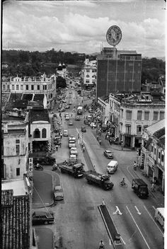 Every year on february, citizens of Kuala Lumpur gather to commemorate their city as the first Federal Territory. Kuala Lumpur went through great. Unique Architecture, Architecture Photo, Old Pictures, Old Photos, Vintage Photos, Kuala Lumpur City, Asia, Singapore Malaysia, Rare Images