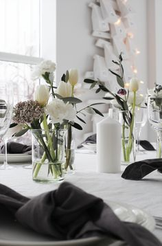 Simple Flowers On Table In Clear Vase: Flower Arrangement With Tulips Decoration Table, Vases Decor, Scandinavian Style, Chris Botti, Vase Crafts, Clear Vases, Gold Vases, White Vases, Wooden Vase