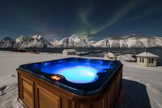Secluded glass igloo hotel by the Lyngenfjord in Northern Norway. Relaxing atmosphere and spectacular views towards the mighty Lyngen Alps. Tromso, Bergen, Best View Hotel, Glass Igloo Hotel, Alpine Hotel, Norway Hotel, Travel Brochure, Stunning View, Poker Table