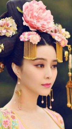 The History Of The Concubine Who Became The Cruelest Ruler In China. How Wu Zetian started as a simple concubine but later became the favorite of the emperor of Chinese Emperor Taizong, then his wife, and once he died, empress of all China. Pale People, Wu Zetian, The Concubine, The Empress Of China, Chinese Emperor, Have A Nice Trip, Memoirs Of A Geisha, Fan Bingbing, French Girls