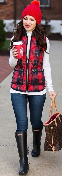 40 Winter Outfits You Must Copy Right Now Red Beanie / Red Vest / White Turtleneck White Vest Outfit, Puffy Vest Outfit, Red Vest, Plaid Vest, Knit Vest, Vest Outfits For Women, Cute Outfits, Clothes For Women, Red Outfits