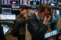 Wall Street (Foto: Getty Images)  Depois de um final de semana difícil na bolsa de valores, Apple, Amazon, Tesla e Alphabet Inc. voltam a cair nesta terça-feira (8). A montadora de carros elétricos fundada por Elon Musk foi destaque: o valor de suas ações abriram o dia com queda de 15% após ficar de fora do índice S&P 500, que reúne as principais companhias da economia estadunidense, na últimas sexta-feira (4). O S&P 50