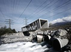 Pasarela biónica Esta pasarela peatonal y ciclista de cemento, denominada Puente Alfenz, construida por el estudio austriaco Marte Marte Architects, se encuentra en el valle de Montafon, un cuello de botella topográfico en el que confluyen las líneas de alta tensión, las torrenteras, el tren, la autopista federal y el nuevo carril bici,