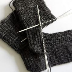 sewing for men Easy sock knitting pattern for men - pair of socks from sock series for easier access. This pair is perfect for both genders. Pattern is simple yet interesting and it holds the sock nicely around the foot. My kid, who loves… Knitting Blogs, Easy Knitting Patterns, Knitting For Beginners, Knitting Stitches, Knitting Designs, Knitting Socks, Free Knitting, Crochet Patterns, Knitting Tutorials