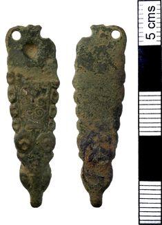 Dragonul getic de la capătul curelelor anglo-saxone: capăt de curea (strap end), cupru şi argint, Norfolk, districtul King's Lynn and West Norfolk, Marea Britanie, 750-950 e.n.