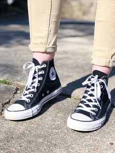 How to Wear High Top Converse With Jeans - Ankle Fashion White High Top Converse, Black Converse, Black High Tops, Converse All Star, White Shoes, Fancy Shoes, Crazy Shoes, Orange Socks, Perfect Jeans