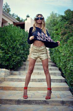 Gold glittery shorts and lots of attitude x Daily Fashion, Fashion Photo, Teen Fashion, Everyday Fashion, Fashion Outfits, Womens Fashion, Glitter Shorts, Gold Shorts, Classic Wardrobe