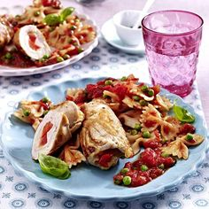 Putenröllchen mit Tomaten-Erbsen-Soße und Farfalle Rezept | LECKER Pasta Salad, Chicken, Meat, Ethnic Recipes, Food, Drinks, Pea Recipes, Tomatoes, Kid Cooking