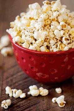 Garlic Parmesan Stove-Top Popcorn - So simple to make and so yummy! #popcorn #garlicparmesanpopcorn #garlicbutterpopcorn | Littlespicejar.com