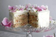 Luonnonkukat sopivat voileipäkakun koristeeksi. Täytteessä on teemaväriin sopiva vaaleanpunainen rapu- ja lohitäyte.