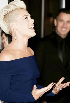 Alecia Moore (PINK) and Carey Hart . The way he looks at her. Pink Haircut, Short Hair Cuts, Short Hair Styles, Mohawk Hairstyles, Shaved Hair, Hair Dos, Girl Crushes, New Hair, Beautiful People