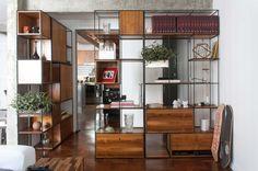 Módulo Trinca como divisor de ambientes com armários e gavetas.