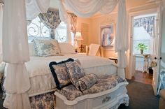 #Bed | We'd love to snuggle up in this bed at The Aerie Bed and Breakfast! #bedandbreakfast #travel